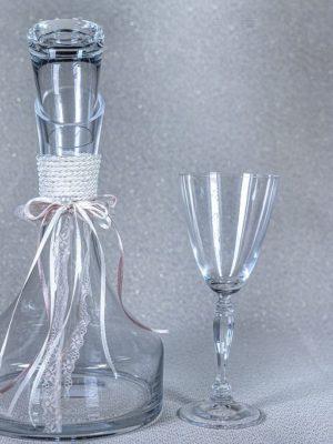 Κρυστάλλινη καραφα με κρυστάλλινο ποτηρι κρασιού με minimal διακοσμηση