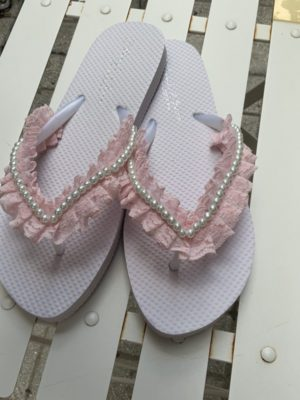 flip-flop-sagionara-plastikh-roz-dantela-leukes-perles-xeiropoihth-nufikes-proetoimasias