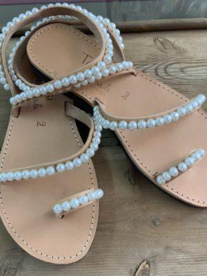 -xeiropoihta-dermatina-nufika-sandalia-pantofles-leukes-perles