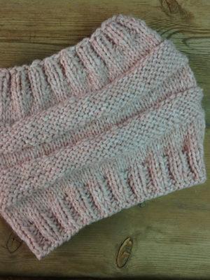 -xeiropoihtos-plektos-laimos-se-roz-nude-handmade-knitted-scarf-pink